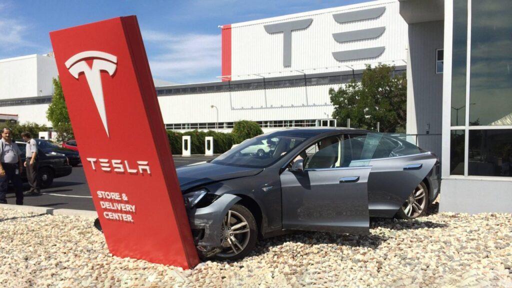 Проблемы с авариями Tesla