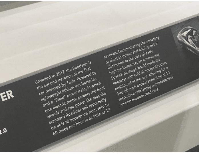 Табличка Tesla Roadster в музее Петерсона