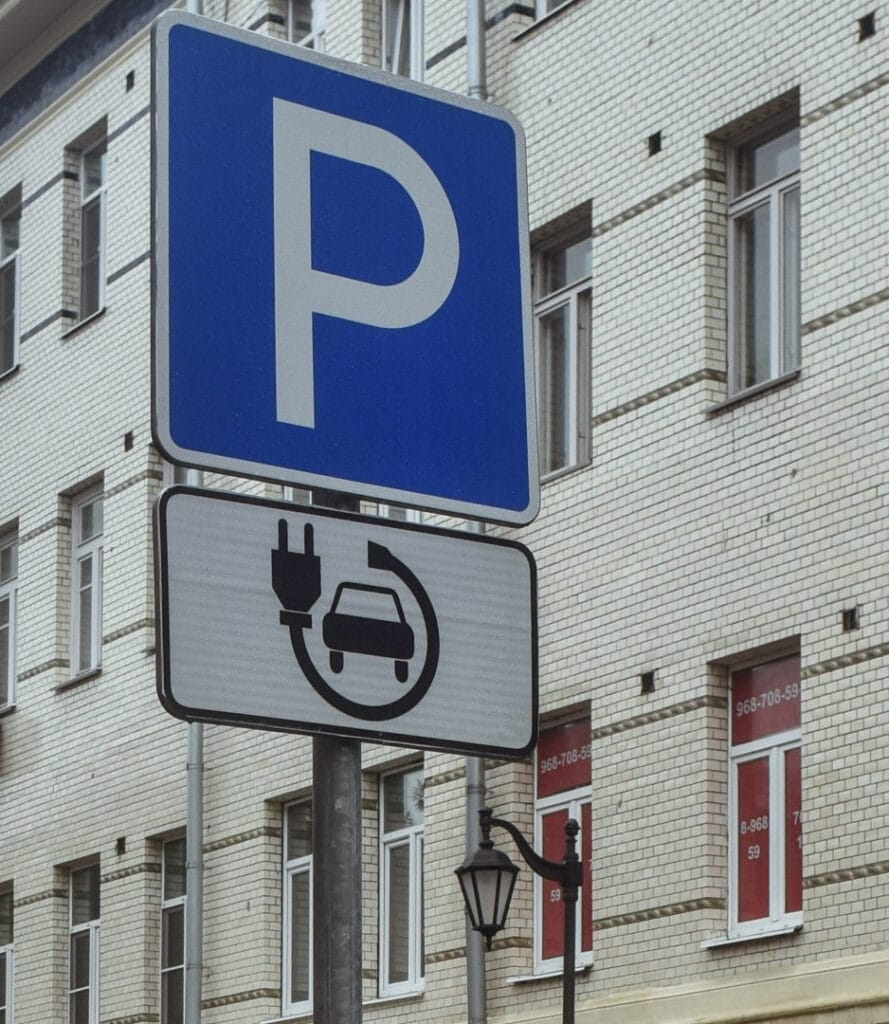 Знак парковки электромобилей