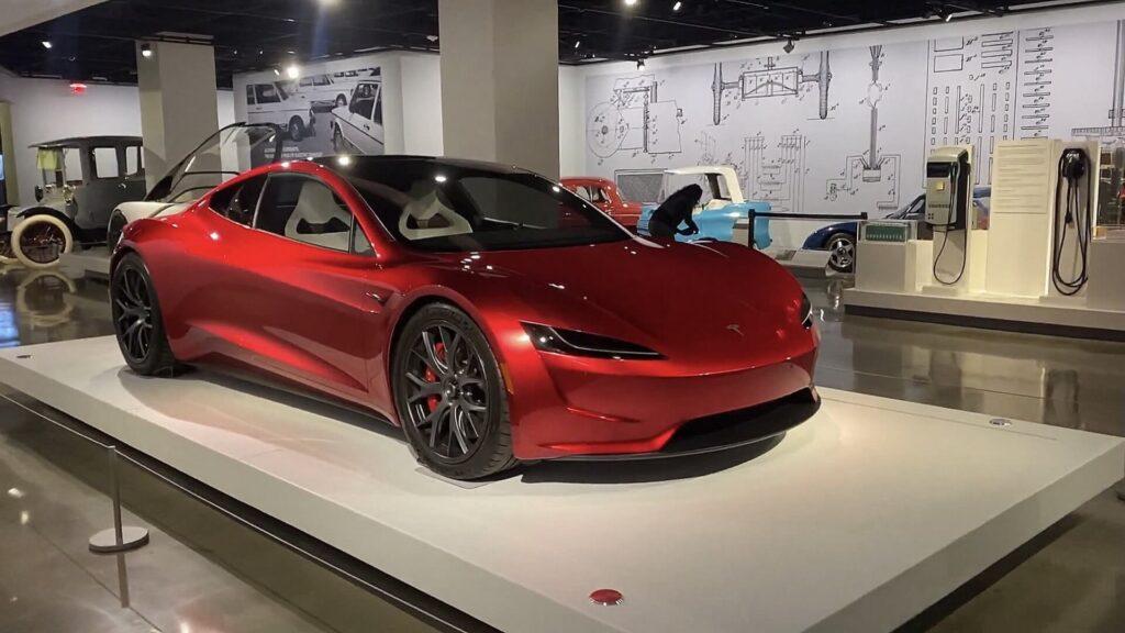 Tesla Roadster в музее Петерсона