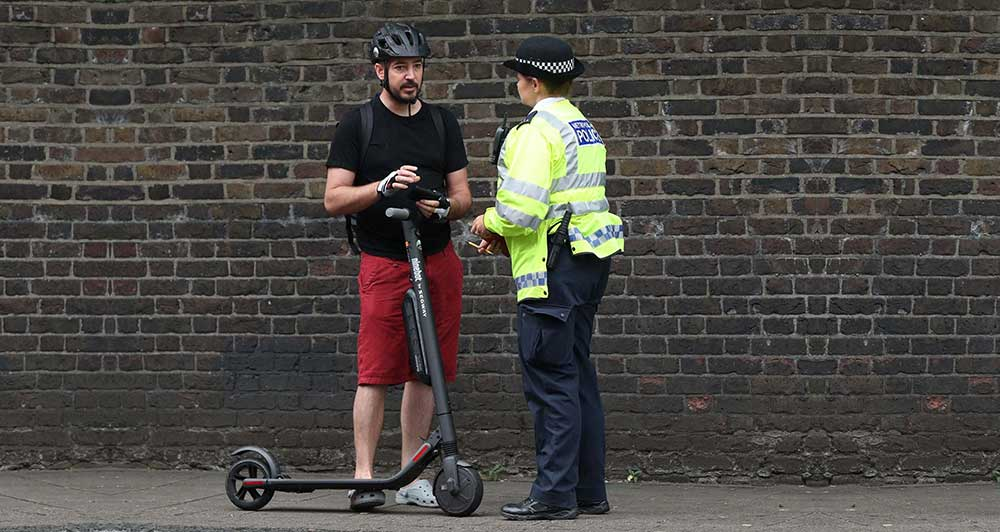 Полиция и электросамокаты Британия