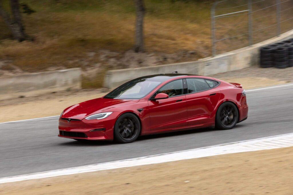 Tesla Model S Plaid специальное дорожное покрытие