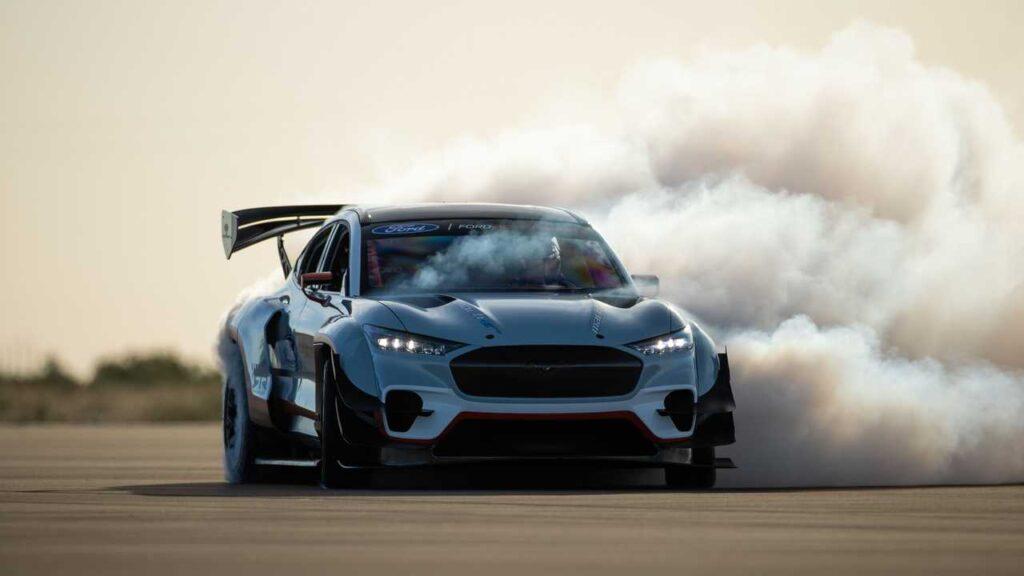 Чем быстрее едет электромобиль, тем больше заряда он тратит. На фото: гоночный кроссовер Ford Mustang Mach-E 1400