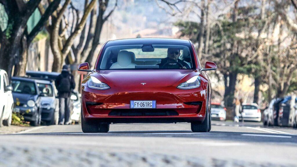 Электромобиль Tesla Model 3 остается самым популярным седаном в Европе