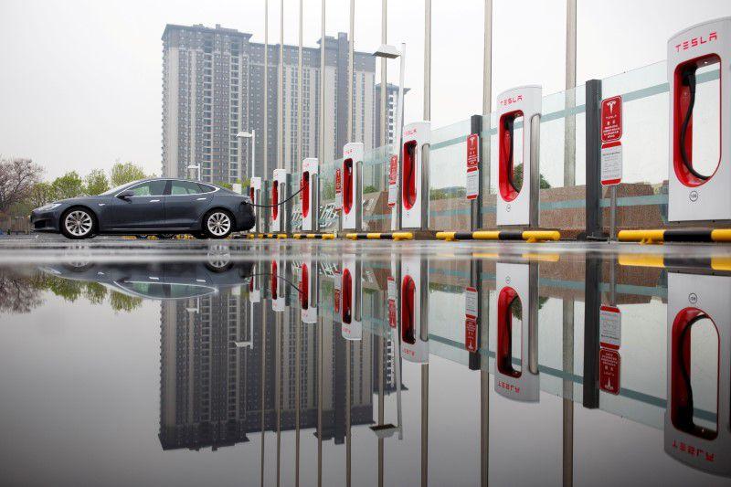 Электромобиль Tesla на подзарядке в Китае