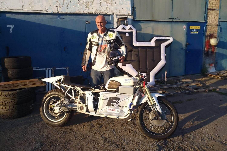 Сергей Малик с прототипом электробайка Delfast-Dnepr Electric