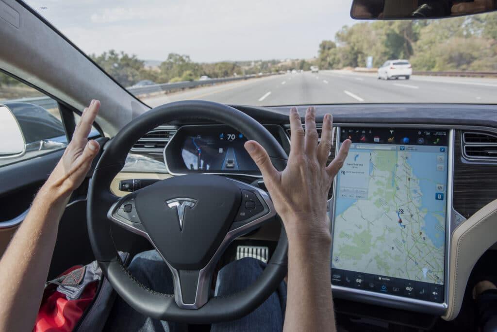 сбои автопилота в электромобилях Tesla