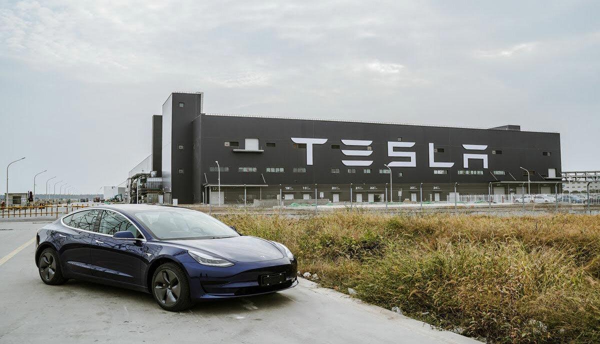 электромобили Tesla стали дороже